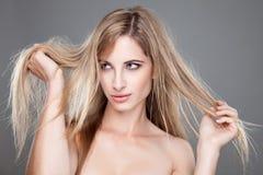 Mulher bonita com cabelo desarrumado longo Imagens de Stock