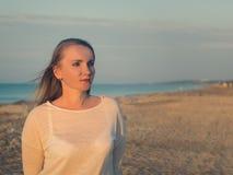 Mulher bonita com cabelo do voo na praia da noite Foto de Stock