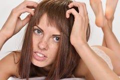 Mulher bonita com cabelo e as sardas vermelhos na cama Imagens de Stock Royalty Free