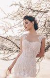 Mulher bonita com cabelo escuro no vestido de casamento luxuoso foto de stock royalty free