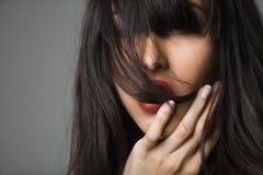 Mulher bonita com cabelo longo. imagens de stock