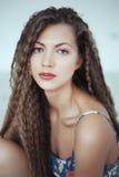 Mulher bonita com cabelo longo na sala branca Imagens de Stock