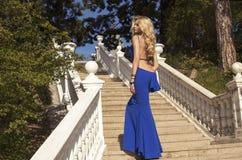 Mulher bonita com cabelo louro no vestido elegante no parque Fotografia de Stock