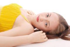 Mulher bonita com cabelo marrom no vestido amarelo elegante Imagem de Stock Royalty Free