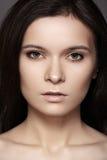 Mulher bonita com cabelo reto brilhante, composição da forma imagens de stock royalty free