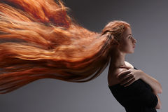 Mulher bonita com cabelo vermelho imagem de stock royalty free