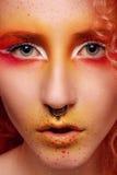 Mulher bonita com cabelo vermelho e composição brilhante Fotografia de Stock