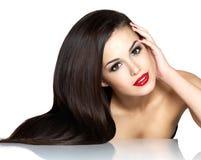 Mulher bonita com cabelos retos marrons longos Fotografia de Stock