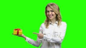 Mulher bonita com a caixa de presente na palma vídeos de arquivo