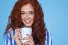 Mulher bonita com caneca branca Fotos de Stock
