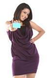 Mulher bonita com cartão de crédito imagem de stock royalty free