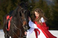 Mulher bonita com casaco vermelho fotografia de stock