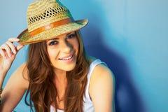 Mulher bonita com chapéu de palha que sorri e feliz foto de stock