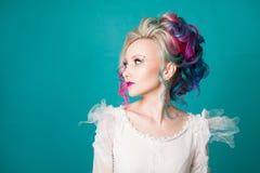 Mulher bonita com coloração de cabelo criativa Penteado à moda, estilo informal foto de stock royalty free