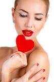 Mulher bonita com composição brilhante e coração vermelho Foto de Stock