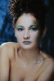 Mulher bonita com composição brilhante para o partido fotografia de stock