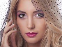 Mulher bonita com composição da cor no véu Imagem de Stock Royalty Free
