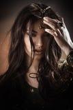 A mulher bonita com composição da forma e o penteado gostam da princesa egípcia Cleopatra fora contra o deserto fotografia de stock
