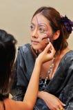 Mulher bonita com composição da forma pelo beautician Foto de Stock Royalty Free
