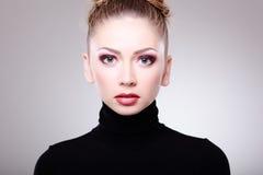 Mulher bonita com composição desgastando da pele perfeita imagem de stock