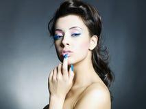 Mulher bonita com composição e manicure brilhantes imagens de stock