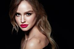 Mulher bonita com composição e penteado da beleza foto de stock royalty free