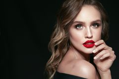 Mulher bonita com composição e penteado da beleza imagens de stock