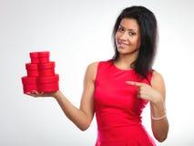 Mulher bonita com coração vermelho a caixa de presente dada forma Fotos de Stock Royalty Free