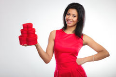 Mulher bonita com coração vermelho a caixa de presente dada forma Imagens de Stock Royalty Free