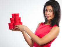 Mulher bonita com coração vermelho a caixa de presente dada forma Fotografia de Stock