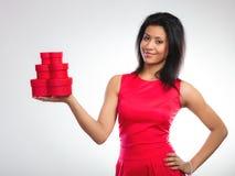 Mulher bonita com coração vermelho a caixa de presente dada forma Foto de Stock