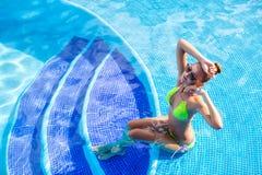 Mulher bonita com corpo 'sexy' pela associação Fotos de Stock Royalty Free