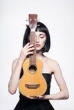 Mulher bonita com corte de cabelo do prumo Guitarra Imagens de Stock Royalty Free