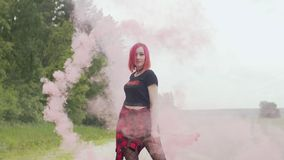 Mulher bonita com dança da bomba de fumo na estrada empoeirada video estoque