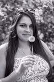 Mulher bonita com dente-de-leão branco fotografia de stock royalty free