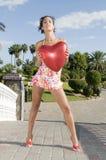 Mulher bonita com dia dos Valentim do balão do coração foto de stock