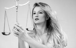 Mulher bonita com escalas Femida Sinal do zodíaco da Libra imagem de stock