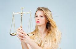 Mulher bonita com escalas Femida Sinal do zodíaco da Libra fotos de stock
