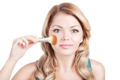 Mulher bonita com escova da composição. Imagens de Stock Royalty Free