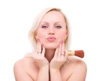Mulher bonita com a escova para a composição imagem de stock royalty free