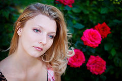 Mulher bonita com flor Fotografia de Stock Royalty Free