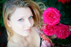 Mulher bonita com flor Imagens de Stock