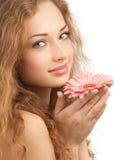 Mulher bonita com a flor em suas mãos fotos de stock royalty free