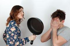 A mulher bonita com frigideira, humor o 8 de março Imagem de Stock