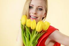 Mulher bonita com grupo amarelo das tulipas Imagem de Stock