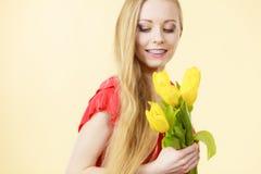 Mulher bonita com grupo amarelo das tulipas Fotos de Stock Royalty Free