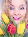 Mulher bonita com grupo amarelo vermelho das tulipas Fotografia de Stock Royalty Free