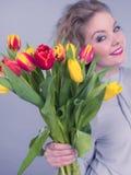 Mulher bonita com grupo amarelo vermelho das tulipas Foto de Stock Royalty Free