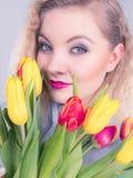 Mulher bonita com grupo amarelo vermelho das tulipas Foto de Stock