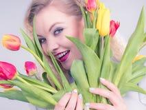 Mulher bonita com grupo amarelo vermelho das tulipas Fotografia de Stock